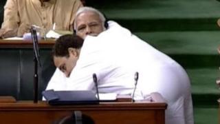 राहुल गांधींनी पंतप्रधान मोदींना लोकसभेत मिठी मारली तो क्षण