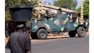 Des soldats en patrouille dans la ville de Soma