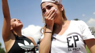 Una mujer llora afectada tras el tiroteo de El Paso.