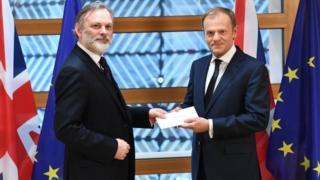 英國駐歐盟大使巴羅爵士向歐盟理事會主席圖斯克遞交首相特里莎·梅簽署的脫歐信函。