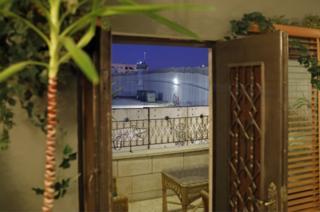 A vista dos quartos do hotel é o muro divisório de Israel de Banksy