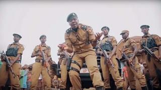 Le policier ougandais Dennis Ojobole a sorti son single