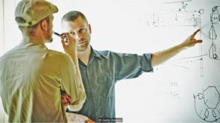 Colega delegando função a outro no trabalho