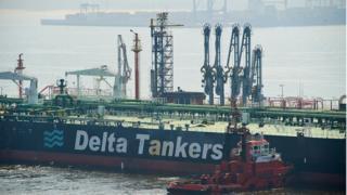 图为运送伊朗石油的巨轮