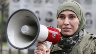 Аміна Окуєва була помічницею депутата Ігоря Мосійчука та прес-офіцером батальйону імені Джохара Дудаєва