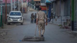 బార్బ్డ్ వైర్ తీసుకెళ్తున్న భద్రతా సిబ్బంది