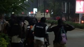 ตำรวจและรถหุ้มเกราะเข้าประจำการในที่เกิดเหตุ