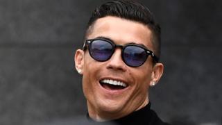 Ronaldo tout sourire, à sa sortie du tribunal où il a été jugé ce 22 janvier 2019, à Madrid.