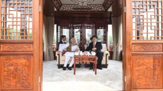 莫迪與習近平在武漢東湖遊船的客艙內交談(28/4/2018)