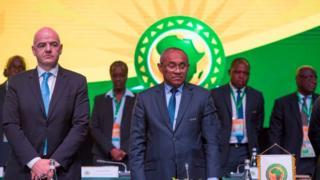 De gauche à droite, Gianni Infantino, le président de la Fifa, et Ahmad, son homologue de la CAF