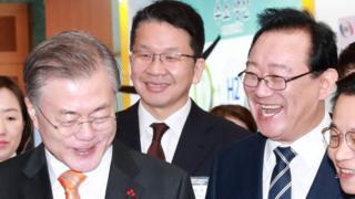 문재인 대통령(왼쪽)과 송철호 울산시장(오른쪽)