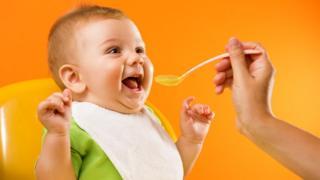 Bebé contento con comida