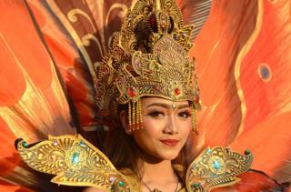 印尼語是印度尼西亞的官方語言,但很少有人用其標凖形式說話(圖為身穿傳統服裝的印尼巴厘島婦女)。