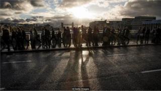 Multidão caminha por sobre o rio Tâmisa, em Londres
