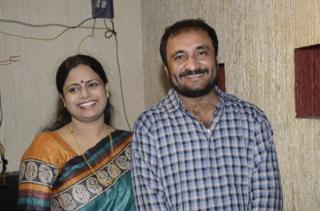 आनंद कुमार अपनी पत्नी ऋतु रश्मि के साथ