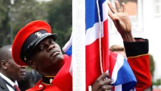 Wani soja yana saukara da tutar Birtaniya a Kenya- Alhamsi 30 Agusta 2018.