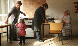 Чеченские беженцы на коммунальной кухне приюта для просителей убежища в деревне Воссберг в Германии. Октябрь 2015