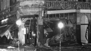 Un restaurant italien à Londres après l'explosion d'une bombe en 1975 (illustration)