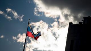 米政府はロシアの外交官35人に1日までに国外へ退去するよう命じた。写真はワシントンのロシア大使館前(29日)