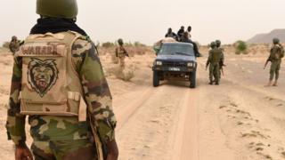 Des soldats maliens contrôlent des civils lors d'une patrouille, près de Goundam, à 80 km à l'Est de Tombouctou, le 4 juin 2015.
