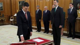 Pedro Sánchez, jurando el cargo ante el Rey.