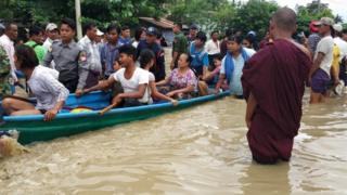 ဆွာကနေ ရေဘေးလွတ်ရာကို တိမ်းရှောင်နေသူများ။