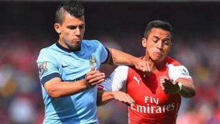 Mshambuliaji wa Manchester City Aguerro akikabiliana na mwenzake wa Arsenal Sanchez