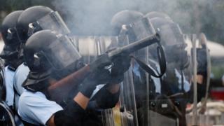Polisi menembakkan gas air mata ke arah demonstran di Hong Kong 2019