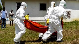 Liberian Red Cross dey go di deadi bodi of Ebola victim for Monrovia, 2014