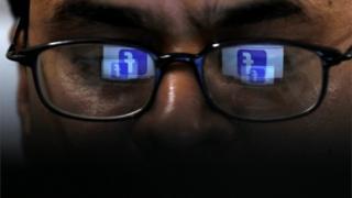 Човек гледа Фејсбук