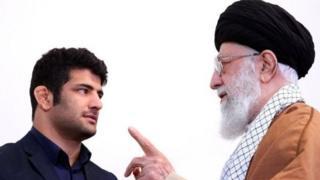 آیتالله خامنهای از علیرضا کریمی تقدیر کرد و انگشتر عقیق خود را به او هدیه داد