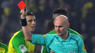 Tony Chapron le muestra la tarjeta roja a Diego Carlos.