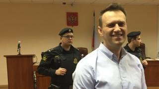 Алексей Навальный в окружении судебных приставов