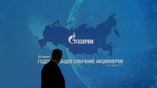"""Черная тень на фоне эмблемы """"Газпрома"""""""