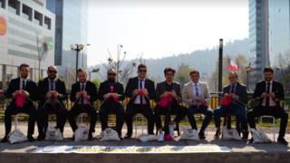 Intervención urbana de Hombres Tejedores en Santiago de Chile.