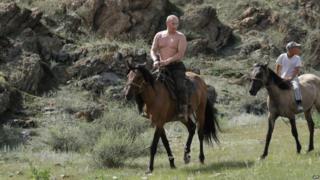 Володимир Путін верхи на коні топлес