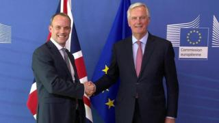 Dominic Raab (l) and Michel Barnier