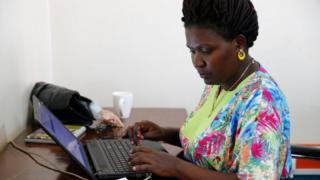 Femme travaillant sur son ordinateur.