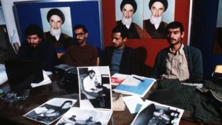 """دانشجویان عکسهایی را به عنوان """"اسناد جاسوسی"""" آمریکا در ایران به خبرنگاران نشان میدهند. از چپ: رضا سیفالهی، حبیبالله بیطرف، محسن میردامادی و ابراهیم اصغرزاده."""
