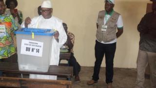 Ibrahim Boubacar Keïta en train de voter au second du scrutin présidentiel, ce 12 août 2018.