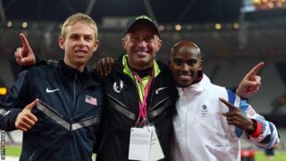 Salazar (katikati) akishangilia na Mo Farah na Galen Rupp baada ya wawili hao kushinda dhahabu na fedha katika mashindano ya olimpiki ya London mwaka 2012