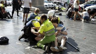 Медицинский работник оказывает помощь на бульваре Рамбла