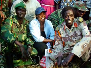 Betty Bigombe ari kumwe n'intumwa ya LRA mu biganiro Brig Sam Kolo (i buryo) mu 2004