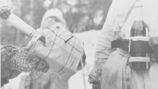 Coquetel molotov e carga de explosivos improvisada usados pelo Exército finlandês durante a Guerra de Inverno
