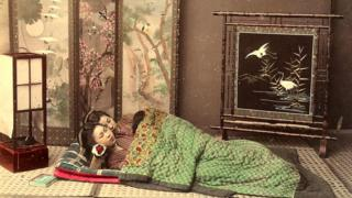 Две японские девочки спят на традиционном футоне - практически на полу (рисунок XIX века)