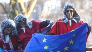 Partidarios de permanecer en la UE con una bandera de la UE y pelucas de jueces