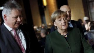 Angela Merkel (sağda) və Almaniya Federal Kəşfiyyat Agentliyinin rəhbəri Bruno Kahl.