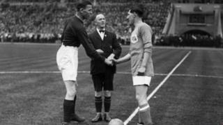 Fred Keenor yn ysgwyd llaw capten Arsenal cyn buddugoliaeth yr Adar Gleision yn Wembley