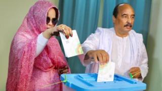 Le président sortant Mohamed Ould Abdel Aziz, en train de voter, avec sa femme, à Nouakchott.