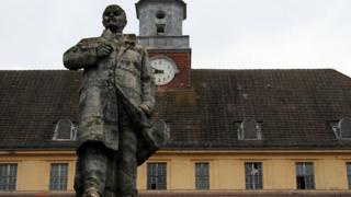 """Estátua de Lênin aqui ocupa o espaço na """"Casa dos Oficiais"""""""